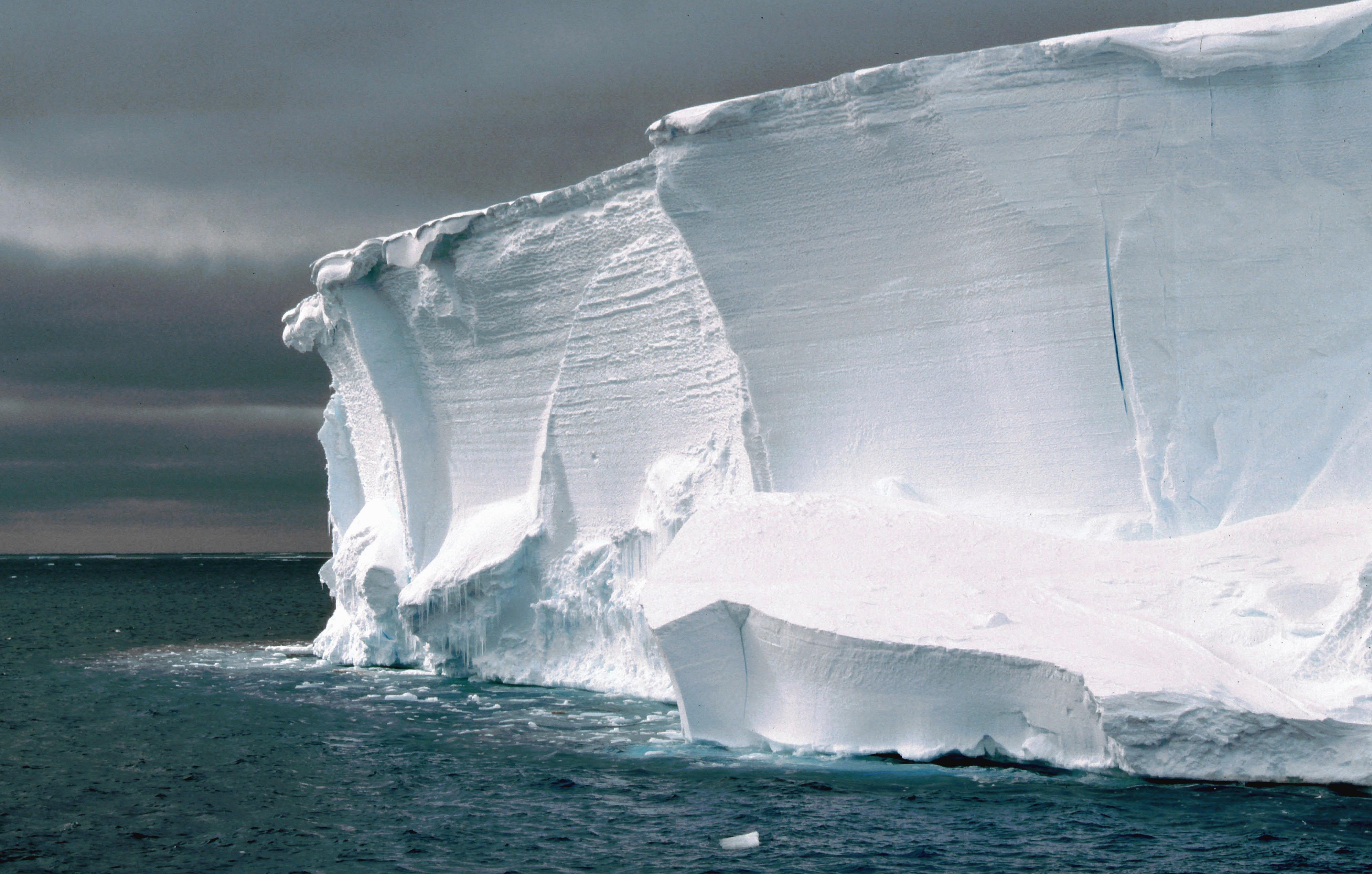 Edge of an ice shelf close to the Halley Station, Antarctica. Photo: Ralph Timmermann, Alfred Wegener Institute Schelfeiskante in der NŠhe der Halley-Station, Antarktis. Aufnahme von ANT12-3 aus dem Jahr 1995. Foto: Ralph Timmermann, Alfred-Wegener-Institut